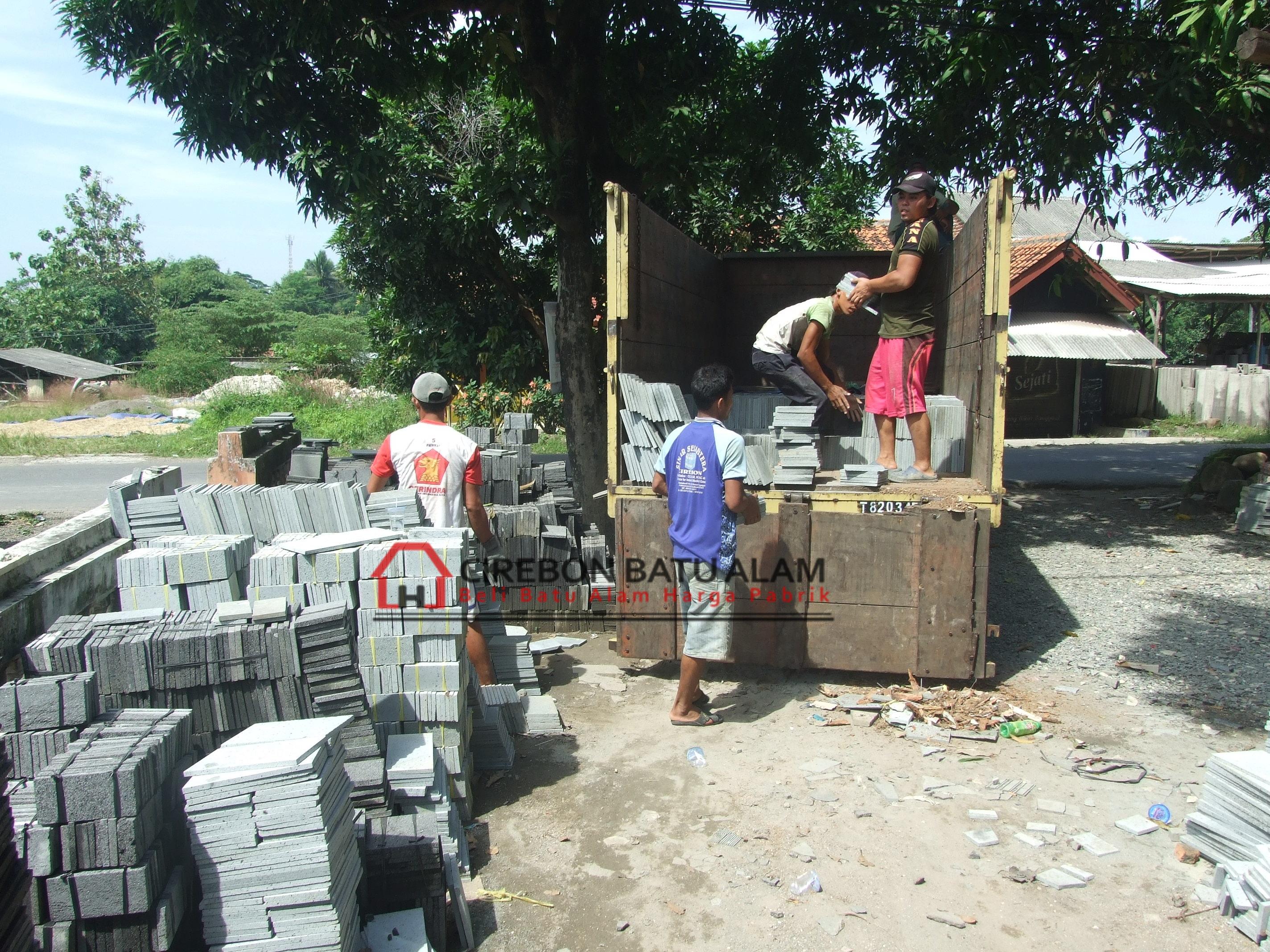 Proses pengiriman batu alam dan pengepokan batu alam di Pabrik Cirebon Batu Alam
